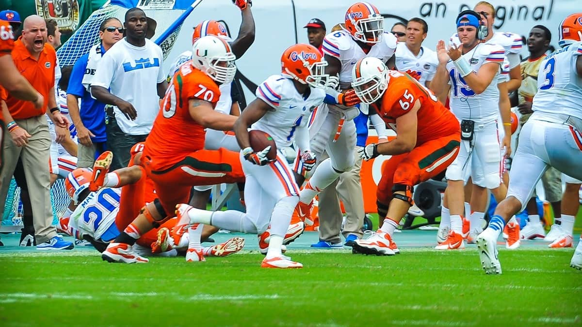 Florida Gators DB Vernon Hargreaves intercepts the ball and runs downfield.
