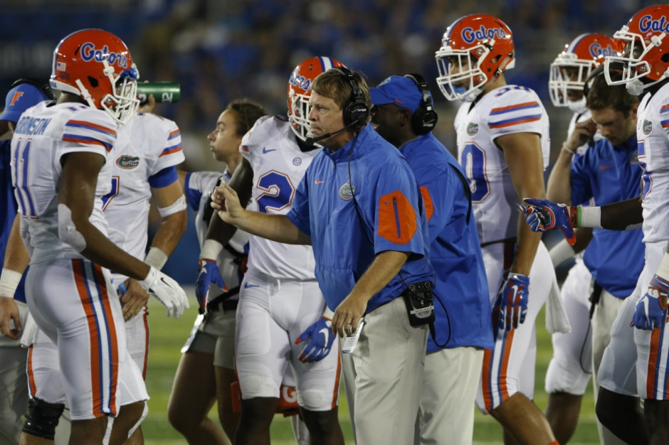 Florida Gators head coach Jim McElwain meets with his team during the Gators win over Kentucky- 1280x853