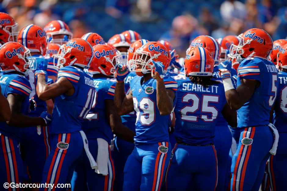 The Florida Gators huddle up before their contest against the Tennessee Volunteers- Florida Gators football- 1280x852